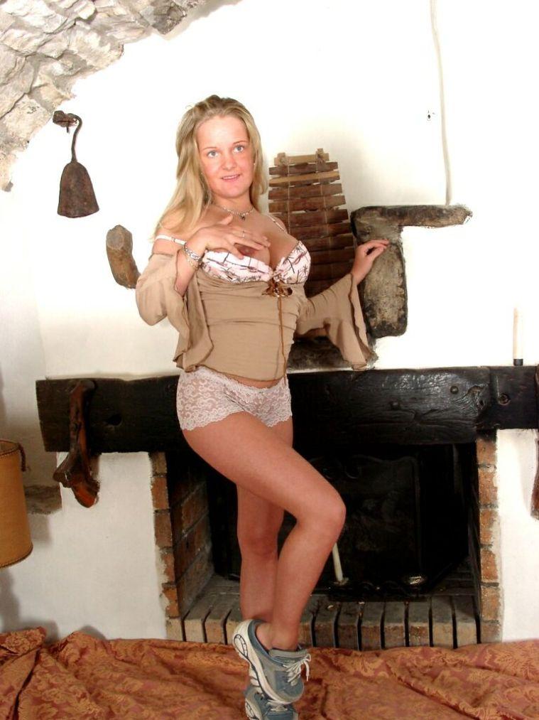 Junge Blondine präsentiert ihre nackten Nippel