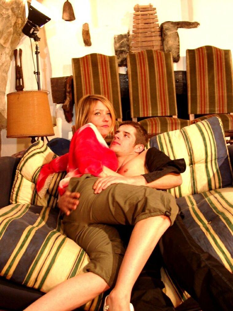 Paar kuschelt auf der Couch